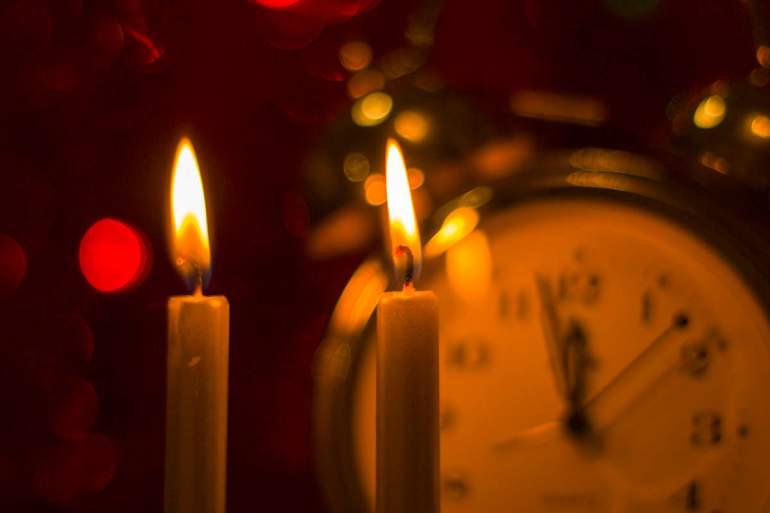 Uhr und Kerzen